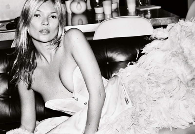kate-moss-for-vogue-by-mario-testino-00